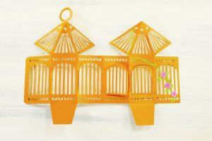 Decorate your birdcage with vines and flowers