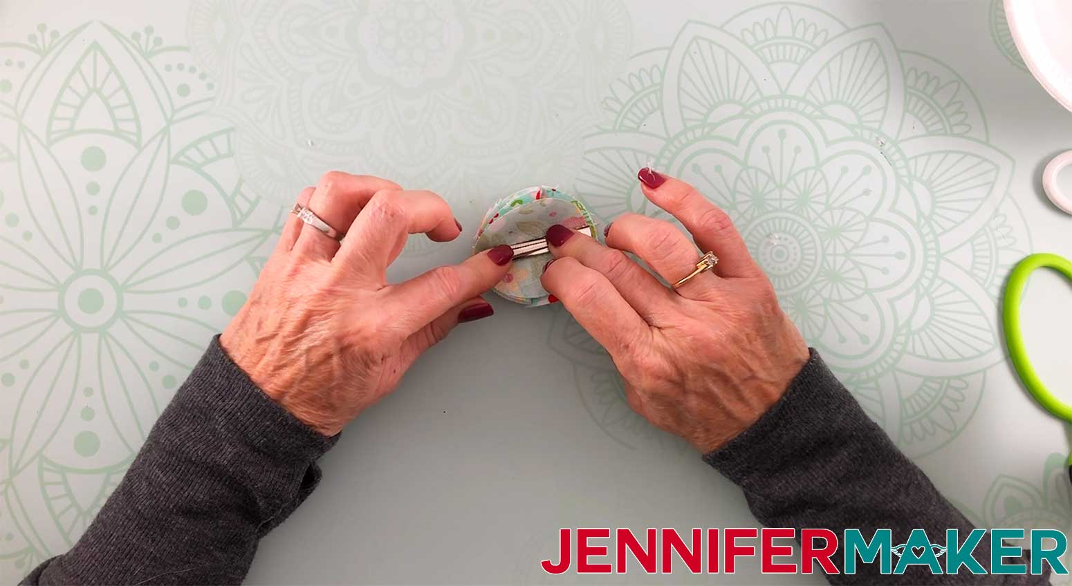 Hair-Bows-JenniferMaker-Fabric-bow-applying-hair-clip
