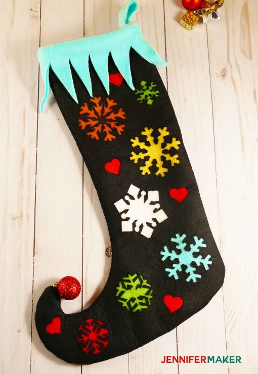 Make this easy DIY elf stocking with a curly toe| easy cute free sewing pattern | #cricut #christmasdecor