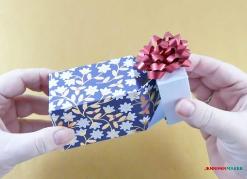 Opening and closing the pull-up gift box