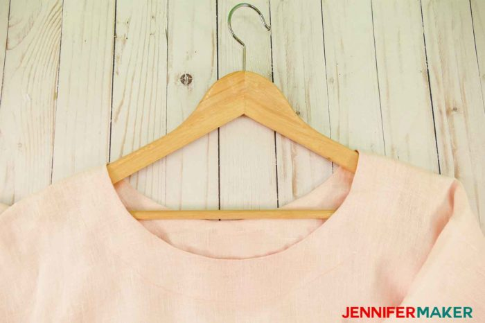 A round jewel neckline on a pink tunic